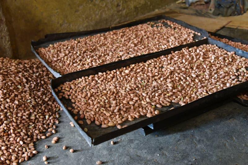 Plateaux des arachides rôties photos stock