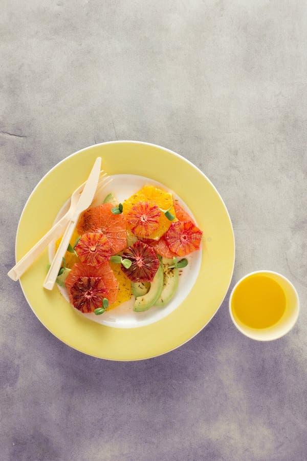 Platee el aguacate sano del pomelo de las naranjas de la ensalada de fruta del verano juic fotos de archivo libres de regalías