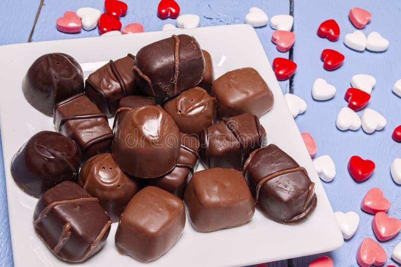 Platee por completo del caramelo de chocolate, tarjetas del día de San Valentín, corazón imágenes de archivo libres de regalías