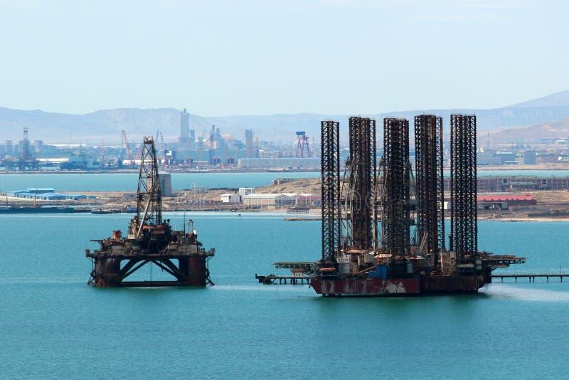 Plateforme pétrolière outre de la côte de Mer Caspienne près de Bakou, Azerbaïdjan images stock