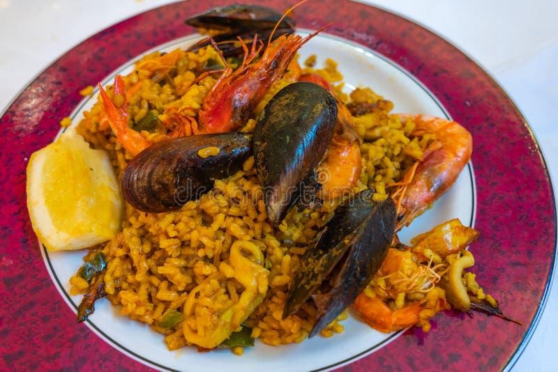 Plateful paella seafood saffron arroz, cozinha espanhola imagens de stock