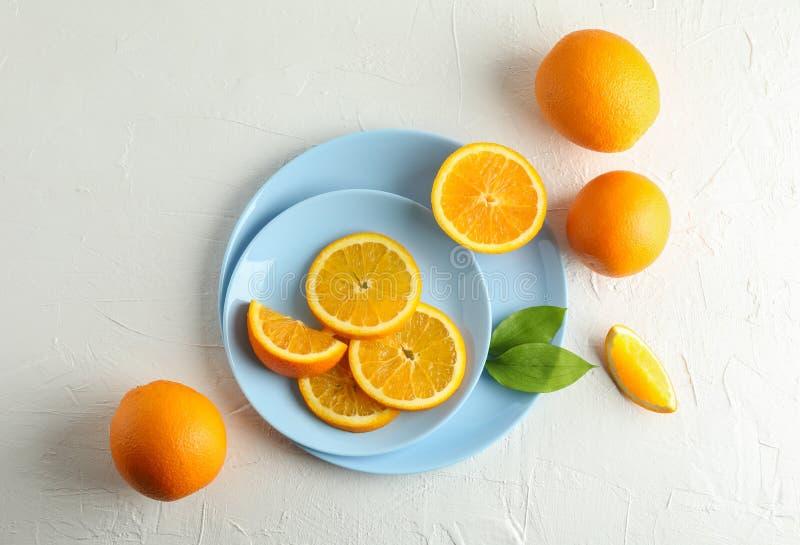 Platen met oranje plakken op witte achtergrond stock foto