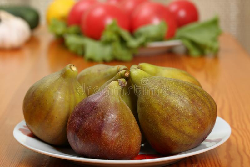 Plateren de fig.vruchten in een porselein op een lijst royalty-vrije stock afbeelding