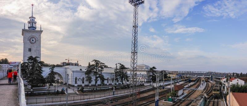 Plates-formes abandonnées de gare ferroviaire image libre de droits