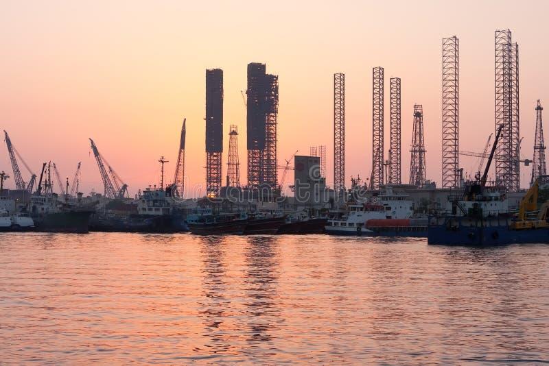 Plates-formes pétrolières au coucher du soleil, Charjah, EAU image stock