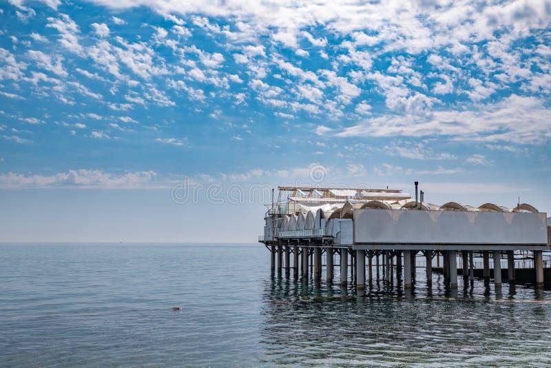 Platform op steunen in het overzees dichtbij de kust royalty-vrije stock fotografie