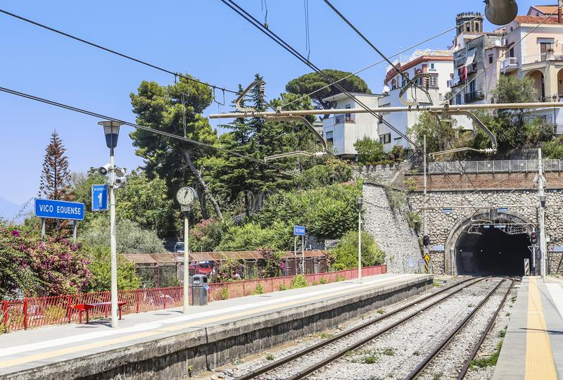 Platform van het station Vico Equense stock afbeeldingen