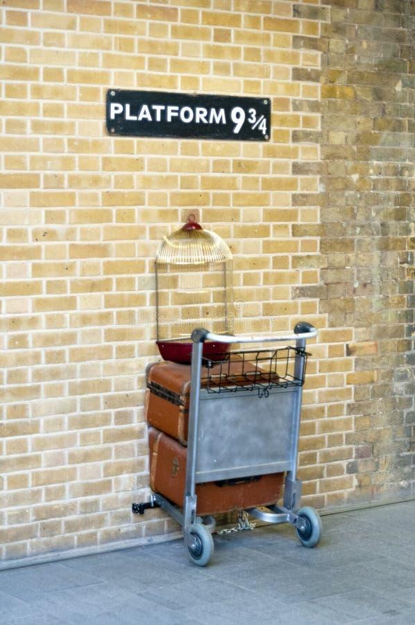 Platforma dziewięć, trzy czwarte przy Londyńskim ` s królewiątka ` s krzyża statio i obrazy royalty free