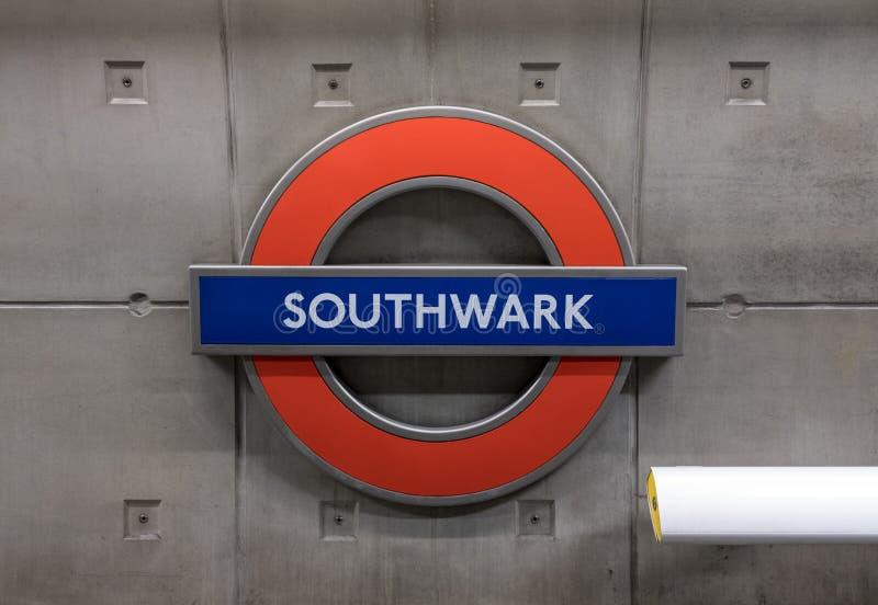 Platforma przy Southwark stacją metrą, Londyński seans stacji imię w TFL roundel zdjęcia stock