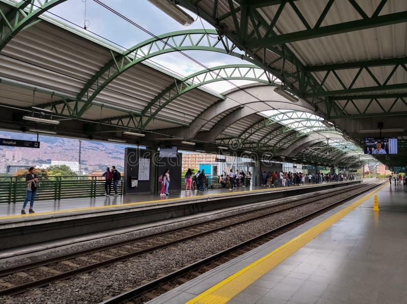 Platforma Szpitalna stacja podwyższony metro Medellin, Kolumbia fotografia stock