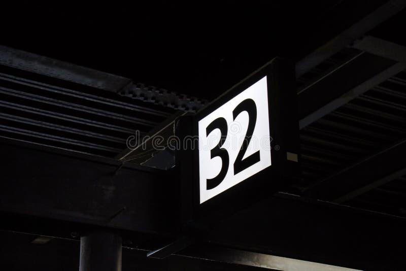 Platformteken tegen onder de bouw in het Station a royalty-vrije stock fotografie