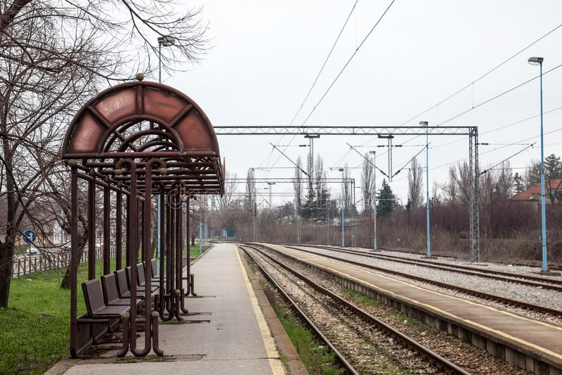 Platformy schronienie w przyrodnim zaniechanym dworcu na podmiejskiej elektryfikującej linii dojeżdżający kolejowa sieć Belgrade obraz stock