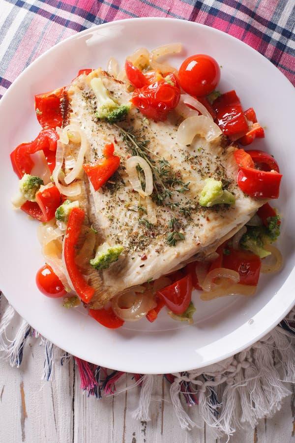 Platija cocida deliciosa con el primer de las verduras vertical v superior foto de archivo