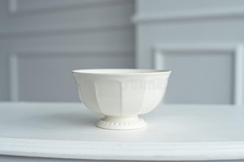 Platillo elegante en la tabla blanca en sitio brillante grande fotos de archivo