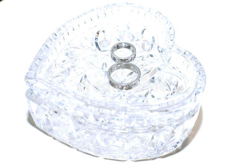 Platina das alianças de casamento com diamantes fotos de stock royalty free