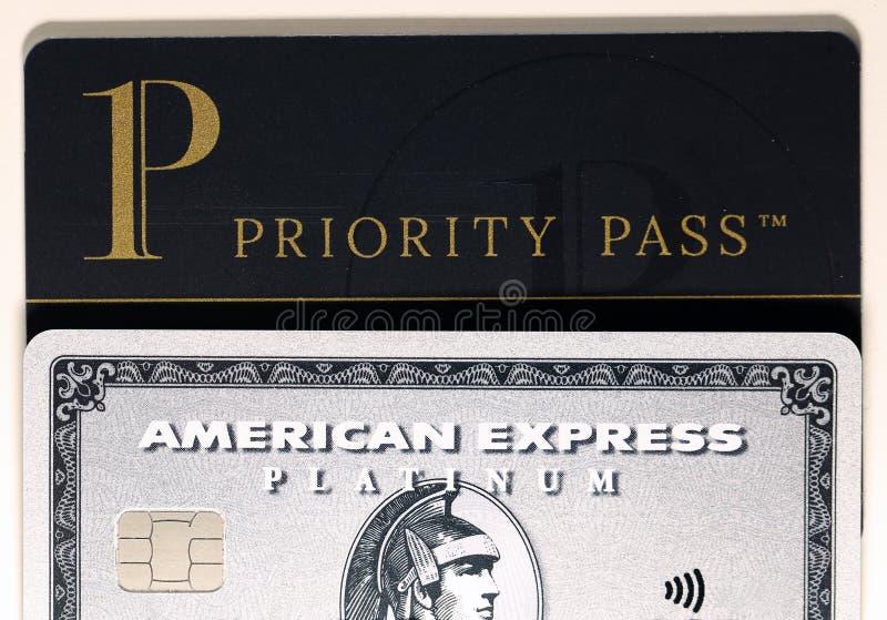 Platina do Amex de American Express & cartão da passagem da prioridade em uma tabela branca imagem de stock