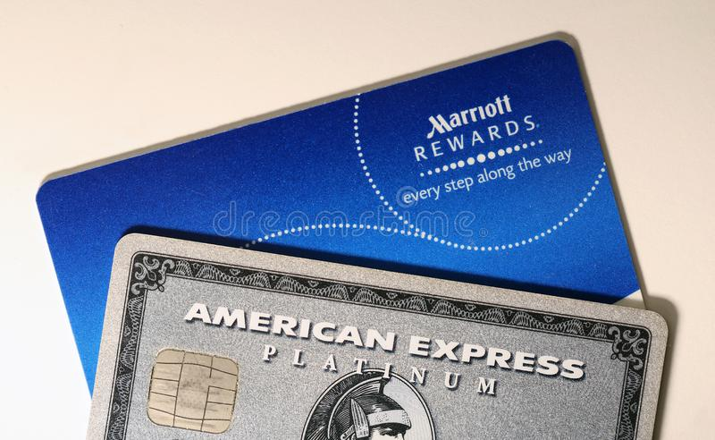 Platina do Amex de American Express & cartão das recompensas de Marriott em uma tabela branca imagem de stock royalty free