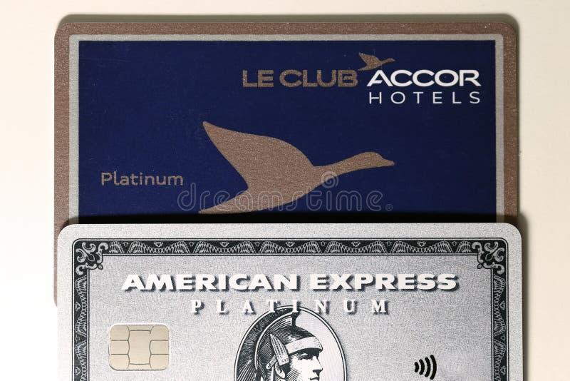 Platina do Amex de American Express & de hotéis de Le Clube Accor cartão da platina em uma tabela branca imagens de stock royalty free