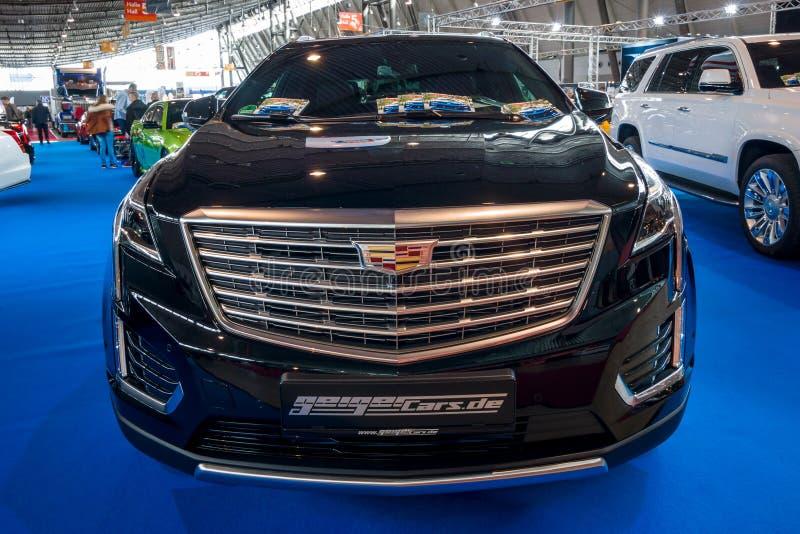 platina luxuosa de SUV Cadillac XT5 do cruzamento do Meados de-tamanho, 2017 imagem de stock