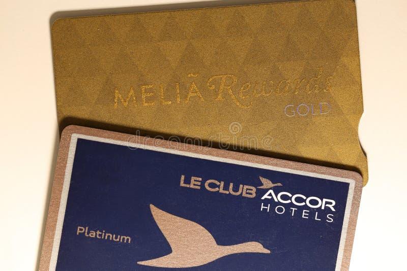 Platina & Melia Rewards Gold Card do Amex de American Express em uma tabela branca imagens de stock