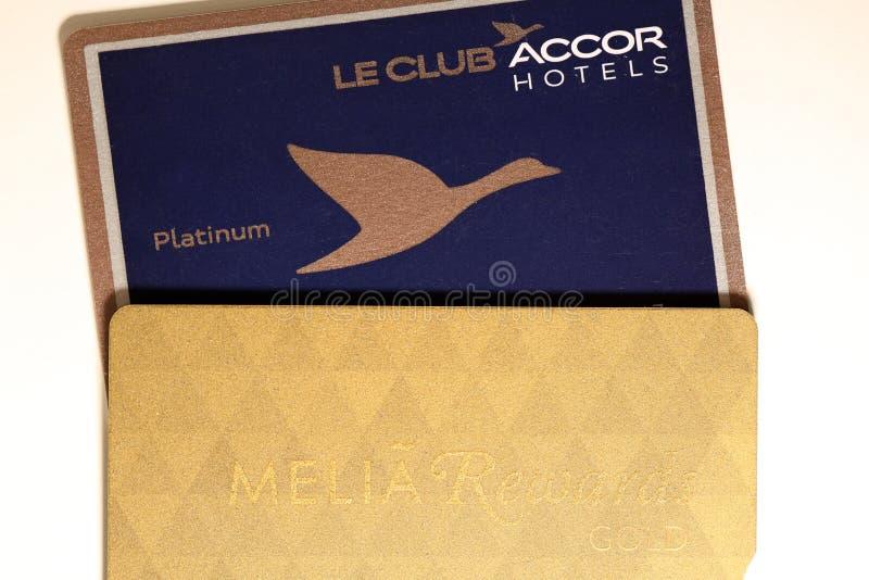 Platina & Melia Rewards Gold Card do Amex de American Express em uma tabela branca foto de stock royalty free