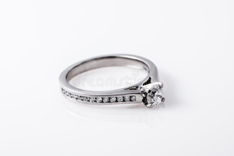 Platino Diamond Engagement Ring immagini stock