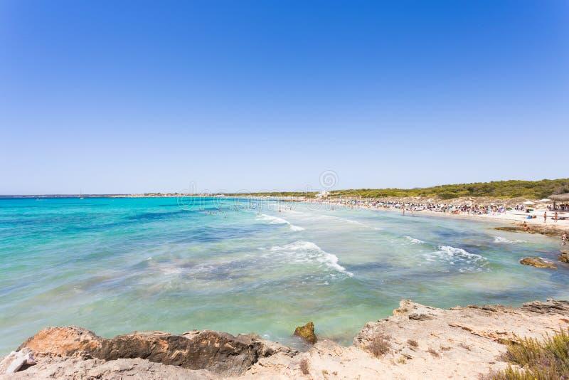 Platja D ` es Trenc, Mallorca - avlägsen sikt på turkosvatten på t arkivfoton