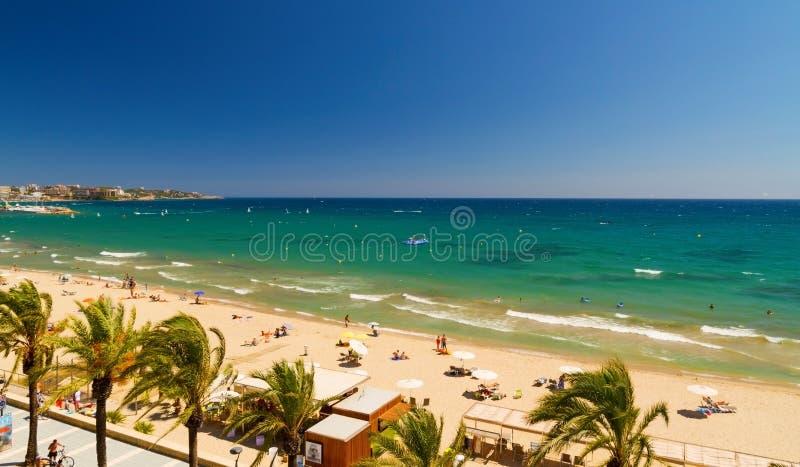 Platja Llarga海滩看法在萨洛角西班牙 向量例证