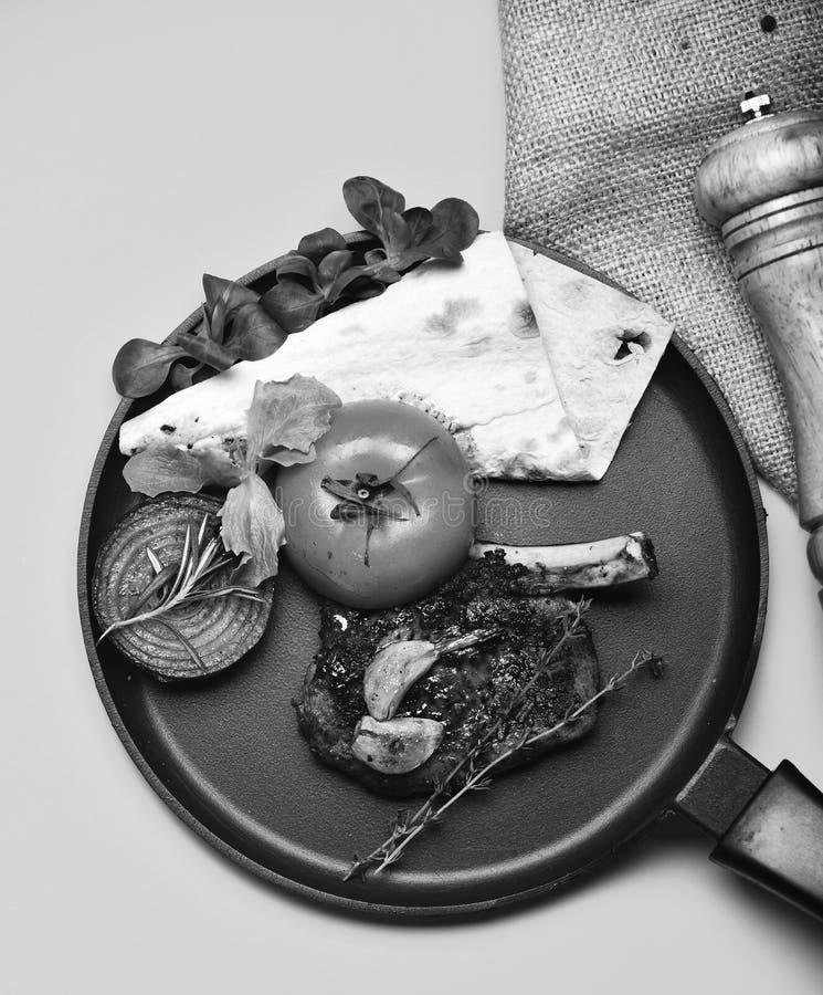 Plato americano servido en restaurante o asador Costillas del cerdo o del cordero con la decoración en el sartén fotos de archivo