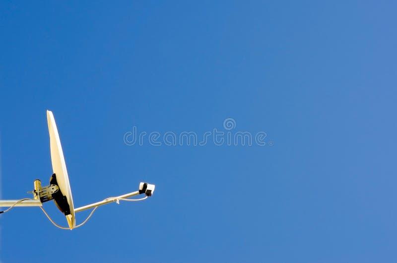 Plato basado en los satélites y cielo azul fotografía de archivo