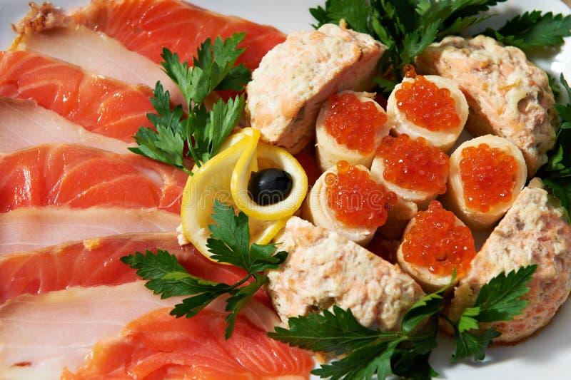 Plato con los huevos de peces y la carne de pescados imagen de archivo libre de regalías