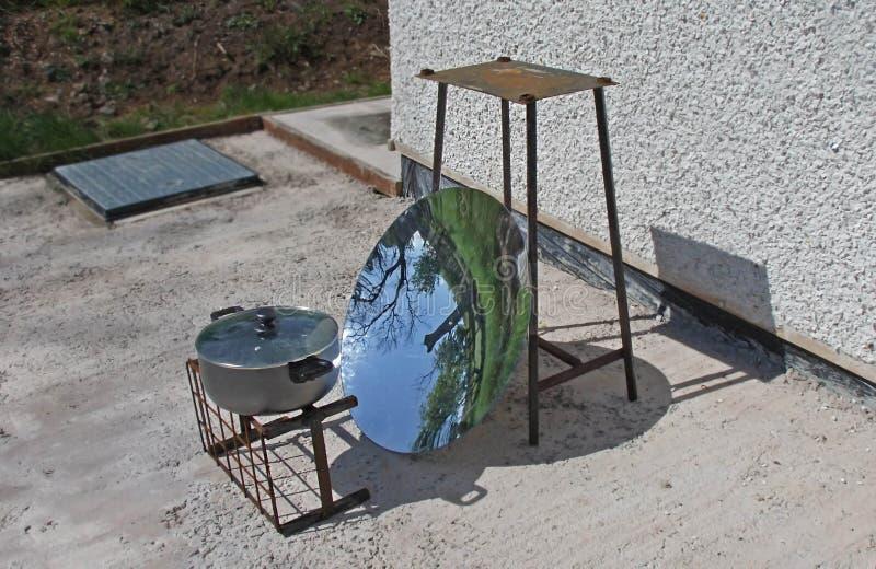 Plato convertido de cocinar solar del espejo parab?lico de la antena parab?lica en un soporte para cocinar solar imagen de archivo