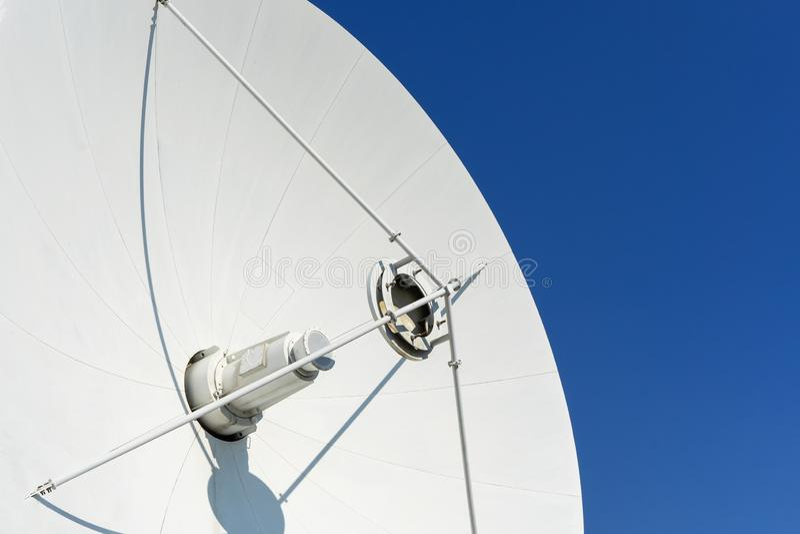 Plato de la antena contra el cielo imagenes de archivo
