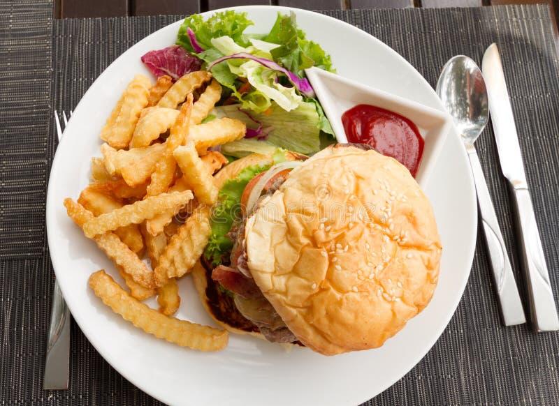Plato de la hamburguesa imagenes de archivo