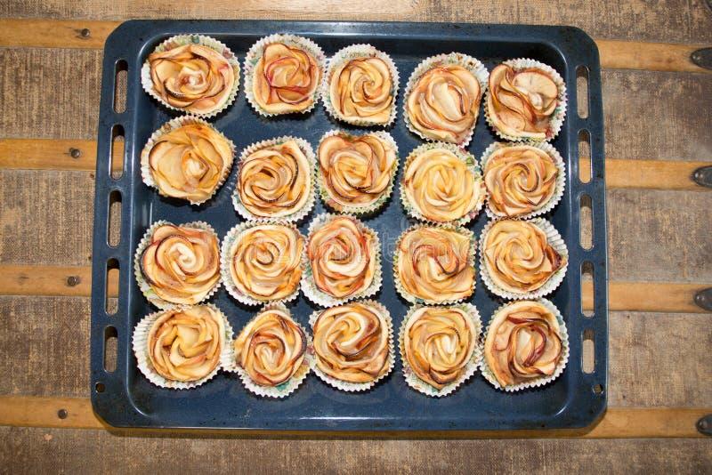 Plato de la hornada con las tortas hechas en casa con las manzanas imagen de archivo libre de regalías