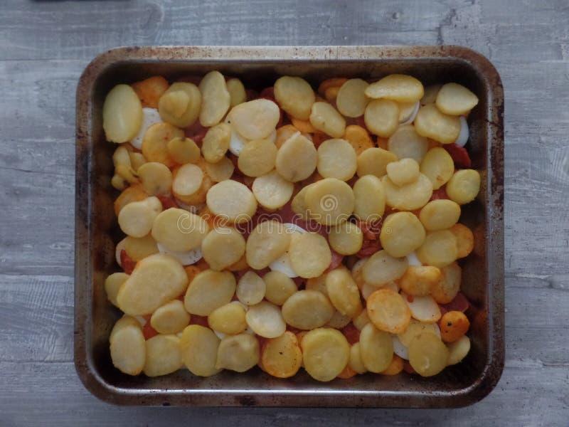 Plato de la patata, del salami y del huevo imágenes de archivo libres de regalías