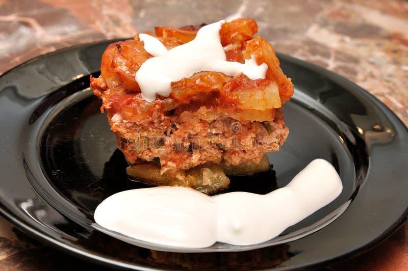 plato de las Moussaka-patatas imágenes de archivo libres de regalías