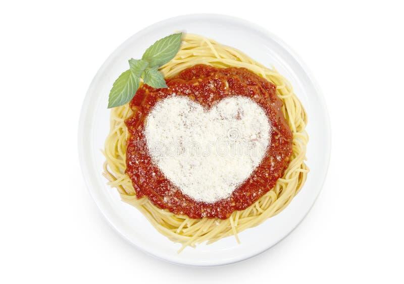 Plato de las pastas con el queso parmesano en la forma de un corazón fotos de archivo