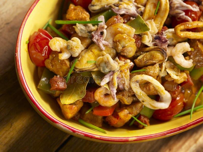 Plato de los mariscos con los camarones, el calamar, el mejillón y las porciones de otros pescados foto de archivo