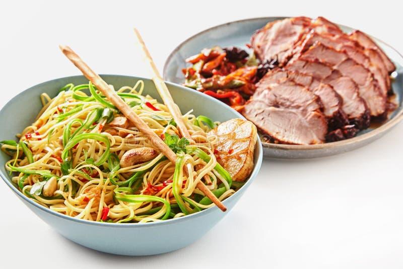 Plato de los tallarines y cerdo de carne asada asiáticos vegetarianos foto de archivo libre de regalías