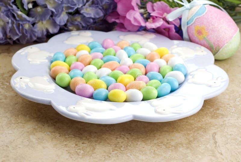 Plato de Pascua por completo del caramelo fotos de archivo