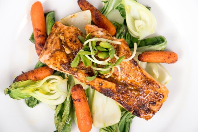 Plato de pescados de color salmón asado a la parrilla delicioso imagen de archivo
