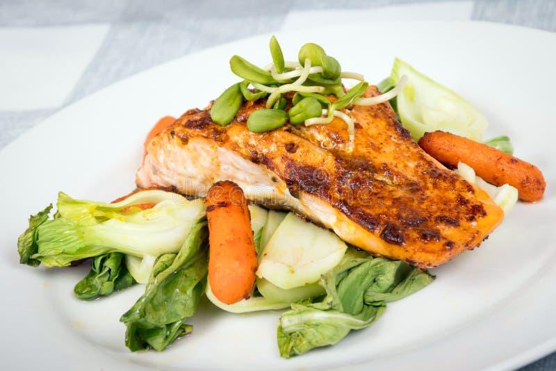 Plato de pescados de color salmón asado a la parrilla delicioso fotos de archivo libres de regalías