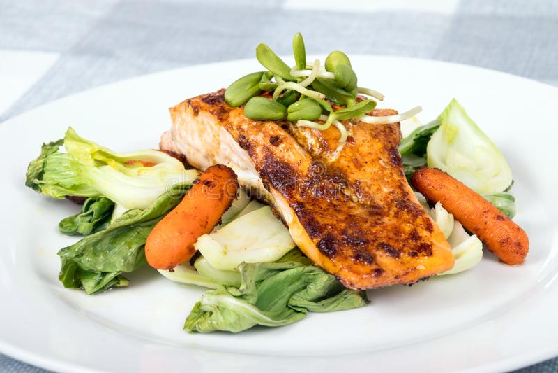 Plato de pescados de color salmón asado a la parrilla delicioso imagenes de archivo