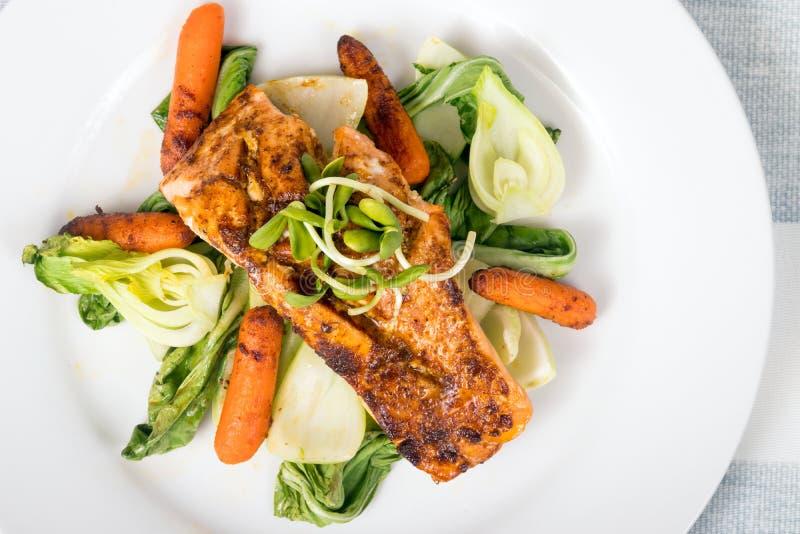 Plato de pescados de color salmón asado a la parrilla delicioso foto de archivo libre de regalías