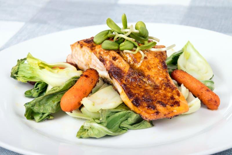 Plato de pescados de color salmón asado a la parrilla delicioso imagen de archivo libre de regalías