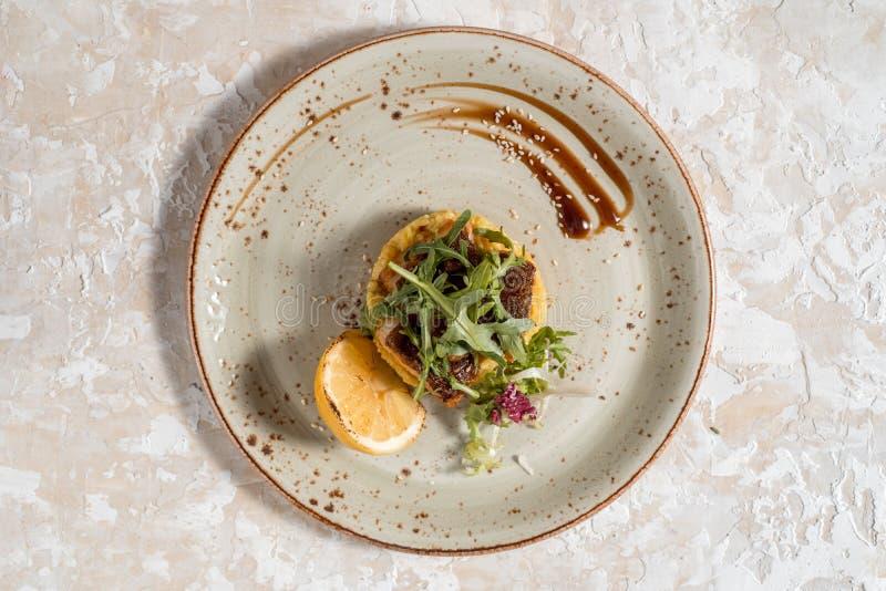 Plato de pescados - prendedero de pescados frito con las patatas y las verduras fritas imagenes de archivo