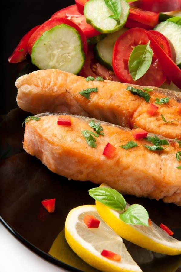 Plato de pescados - salmón asado a la parilla fotos de archivo libres de regalías