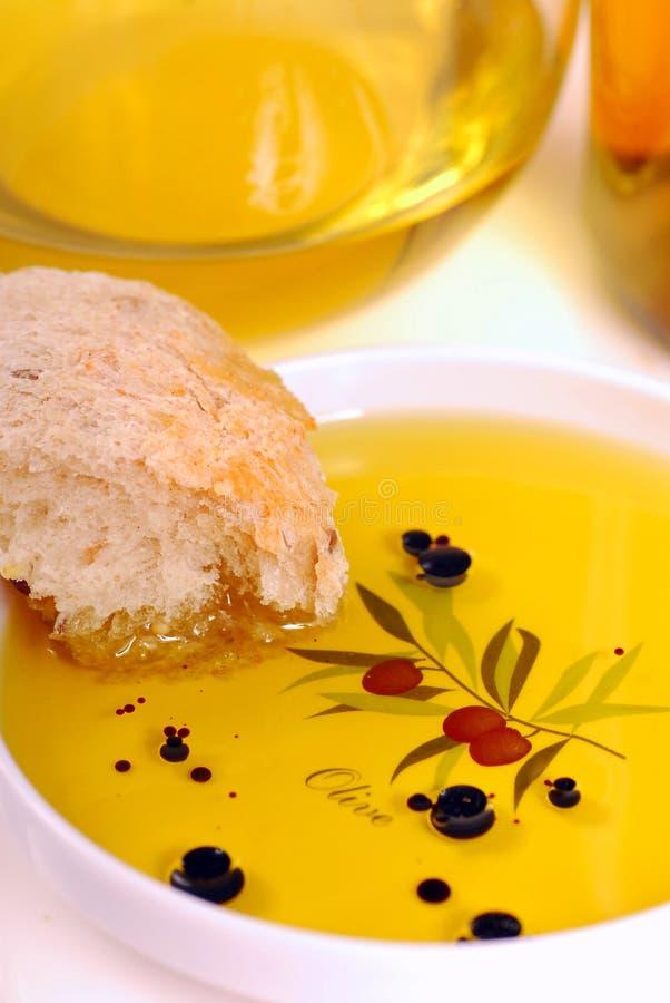 Plato del aceite de oliva con vinagre balsámico y pan foto de archivo