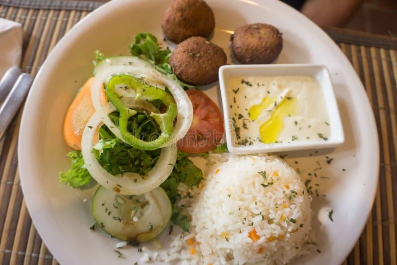 Plato del falafel, del arroz y de la ensalada fotos de archivo libres de regalías